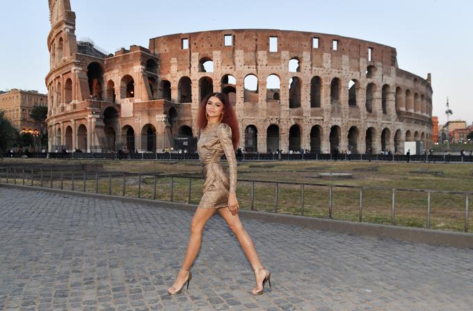 Zendaya tạo dáng chụp hình trước đấu trường La Mã ở Rome chiều thứ 5. Tôi rất hào hứng khi tới đây và đã có ngày đầu tiên đầy thú vị, nữ diễn viên Mỹ tâm sự trên tờ WWD.