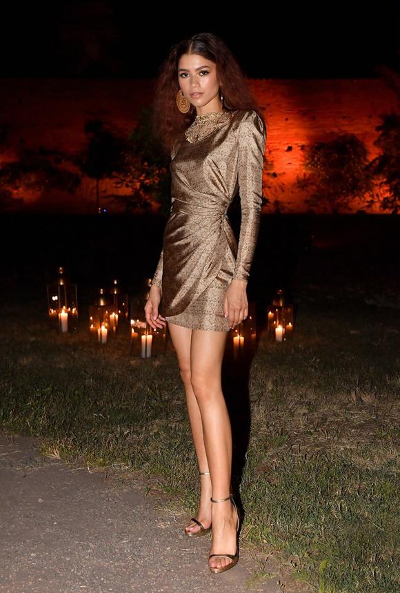Người đẹp 22 tuổi khoe chân dài nuột nà trong bộ đầm ngắn. Cô có chiều cao ấn tượng 1,78 cm.