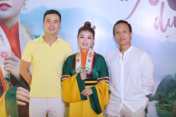 Diễn viên Hiếu Xu, ca sĩ Thu Hằng và đạo diễn Xuân Chung tại buổi họp báo.