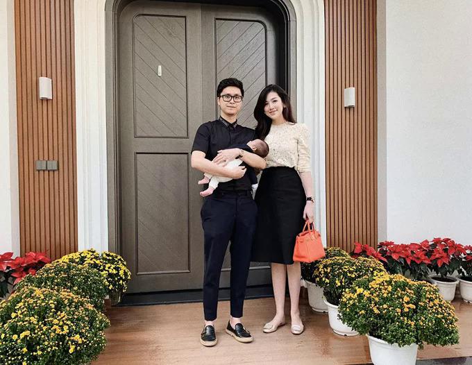 Tú Anh chụp ảnh kỷ niệm cùng ông xã và con trai hồi Tết Nguyên đán 2019.