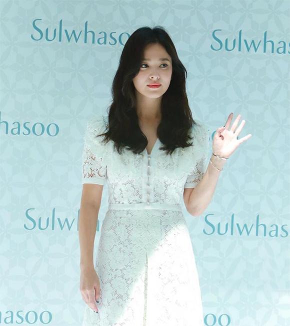 Song Hye Kyo lưu lại khá lâu ở sự kiện để chụp ảnh, giao lưu và giới thiệu thương hiệu mỹ phẩm cô quảng cáo. Không chỉ nhiều báo giới Trung Quốc mà truyền thông của Hàn Quốc cũng theo Hye Kyo tới sự kiện này. Tuy nhiên, đại diện của nữ diễn viên đã thông báo từ trước rằng cô không nhận lời phỏng vấn bất cứ tờ báo nào.