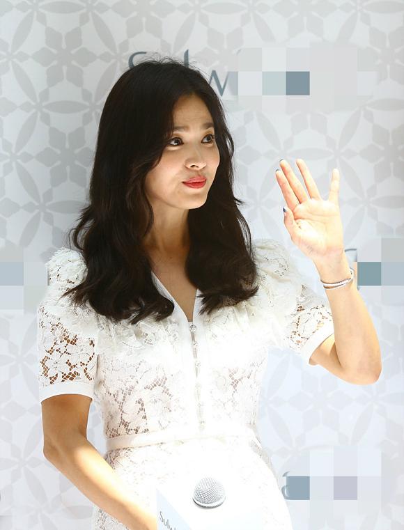 Mỹ nhân xứ Hàn vẫy tay chào người hâm mộ.