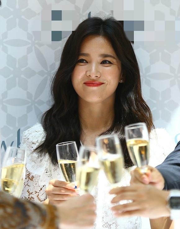 Đây là lần đầu tiên cô xuất hiện sau một tuần thông báo ly hôn Song Joong Ki. Nữ diễn viên vẫn giữ được thần thái tươi tắn, phong cách chuyên nghiệp khi trở lại với công việc.