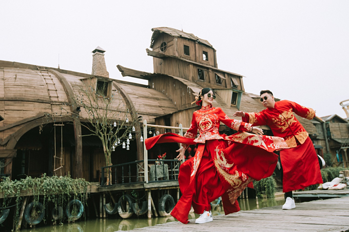 Chụp ảnh cưới cổ trang Trung Quốc mới xuất hiện tại Việt Nam cách đây một vài năm nhưng đãkhiến giới trẻ bị mê hoặc và được dự báo sẽ hot hơn bao giờ hết vào thời gian tới. Giờ đây, không khó để những mọt phim Hoa ngữ có thể sở hữu một bộ ảnh cưới vớiphong cách này.