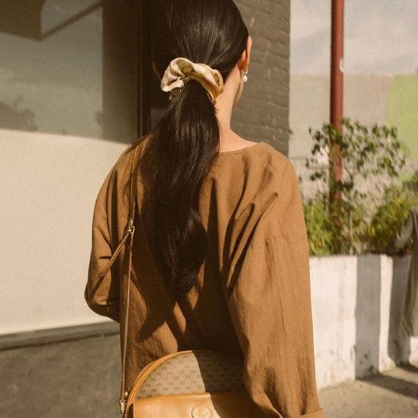 Chun buộc tóc bằng vải Đây cũng là một món phụ kiện từng rất được ưa chuộng trong thập niên 90. Chun buộc tóc bằng vải to bản thường được dùng để làm điệu cho các kiểu tóc buộc đuôi ngựa hoặc búi cao.