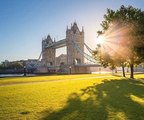 Lúc nào ở Anh cũng mưa và sương mùHình ảnh nước Anh luôn gắn liền với sự ảm đạm và xám xịt của những cơn mưa. Nhưng bạn sẽ ngạc nhiên khi biết rằng Anh không mưa nhiều như chúng ta tưởng. Lượng mưa đo được ở London mỗi năm ít hơn so với Moscow.