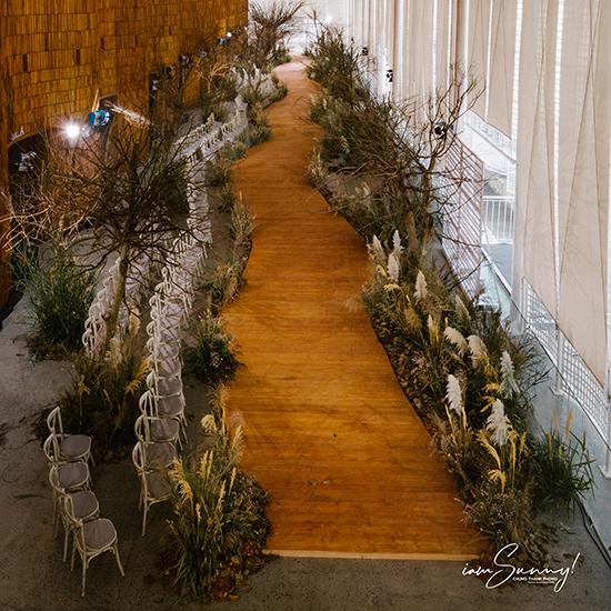 Ý tưởng của sân khấu lấy cảm hứng từ thảo nguyên với hoa cỏ mùa thu, với sắc vàng và nâu đặc trưng cùng những cành cây khô đang mùa thay lá.Tất cả được ghi lại qua chuyên đi ở miền Nam nước Pháp, truyền cảm hứng cho bộ sưu tậpvà Chung Thanh Phong muốn tái hiện.