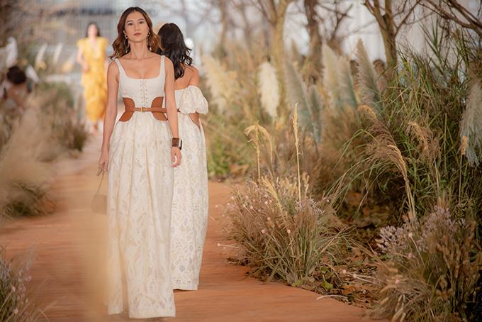 Show diễn Pre-Fall 2019 tổ chức chiều 6/7 tại TP HCM của Chung Thanh Phong nhận được nhiều lời khen ngợi về ý tưởng và hai bộ sưu tập dành cho mùa mới. Ngoài linh hồn của buổi biểu diễn là trang phục thì phần thiết kế sân khấu cũng được đánh giá cao.