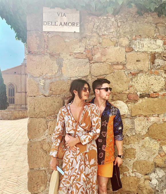 Hoa hậu và ông xã kém 10 tuổi tình tứ tạo dáng bên lâu đài cổ ở Italy.