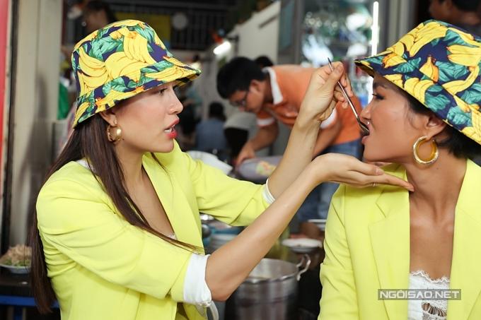HHen Niê, Lệ Hằng đội mưa đi ăn bún riêu ở chợ Bến Thành - 9