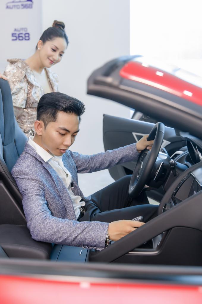 Ngoài kiểu dáng cùng nội thất hiện đại, bắt mắt, điều Phan Hiển thích ở mẫu xe JaguarF TYPE R Convertible là động cơ Petrol – 5.0L V8SC sản sinh công suất tối đa 550 mã lực, mô men xoắn cực đại 680 Nm đi kèm hộp số tự động 8 cấp hiên đại tích hợp sang số nhanh Quickshift của ZF.