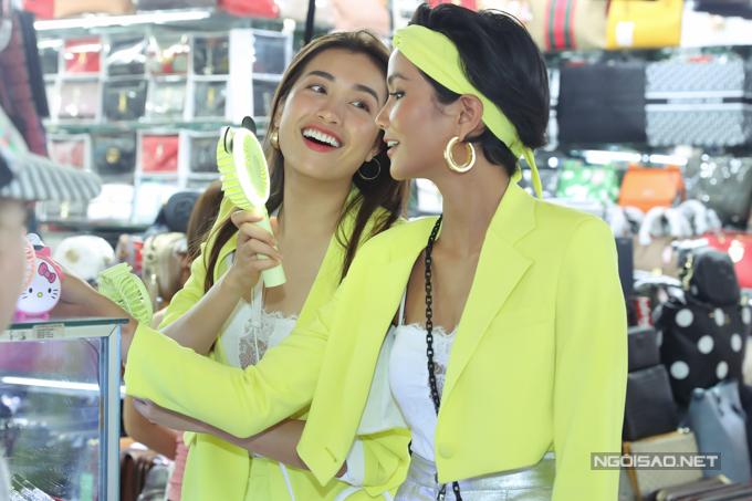 HHen Niê, Lệ Hằng đội mưa đi ăn bún riêu ở chợ Bến Thành - 1