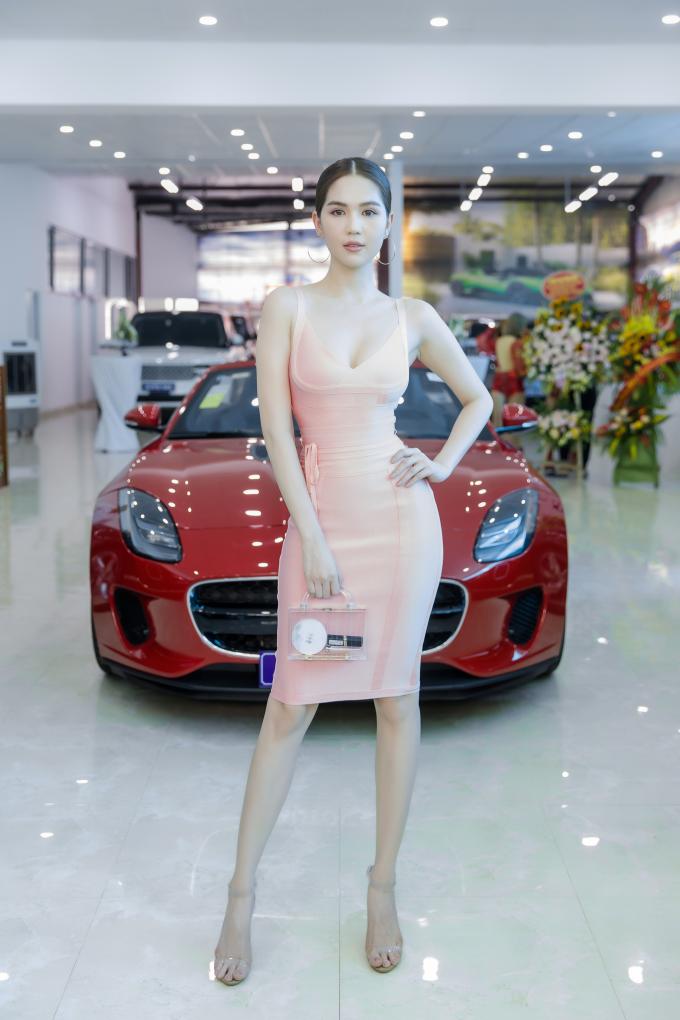 Diện váy hồng bó sát, kết hợp cùng các phụ kiện túi xách, giày hàng hiệu, Ngọc Trinh khoe trọn body nóng bỏng trước hàng trăm quan khách.