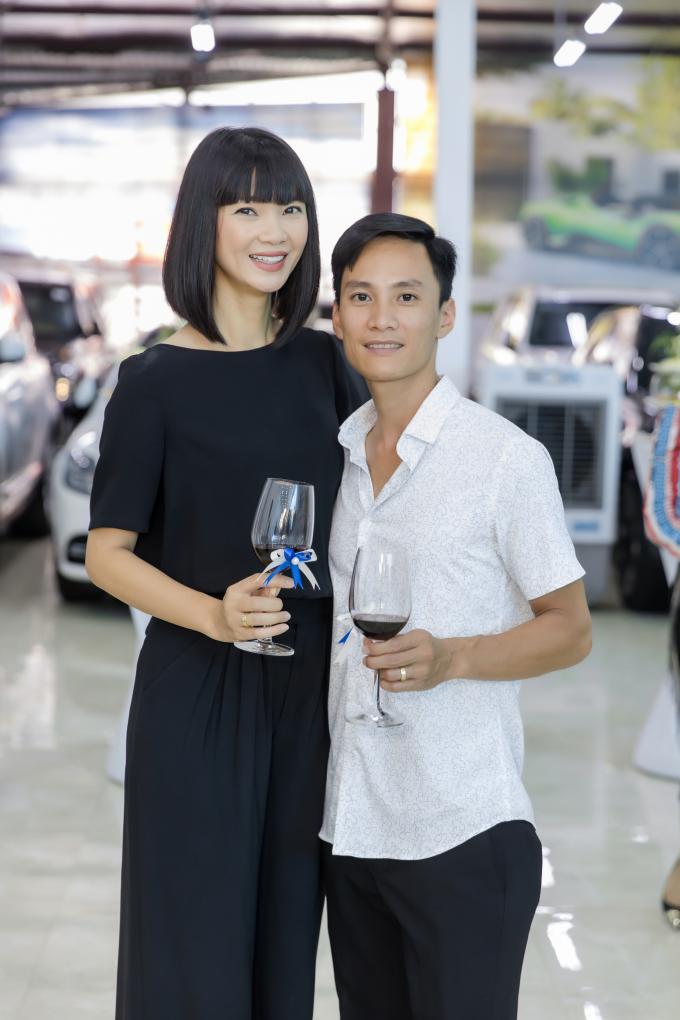 Vợ chồng siêu mẫu Hạ Vy tình tứ khi làm khách mời dự buổi khai trương.