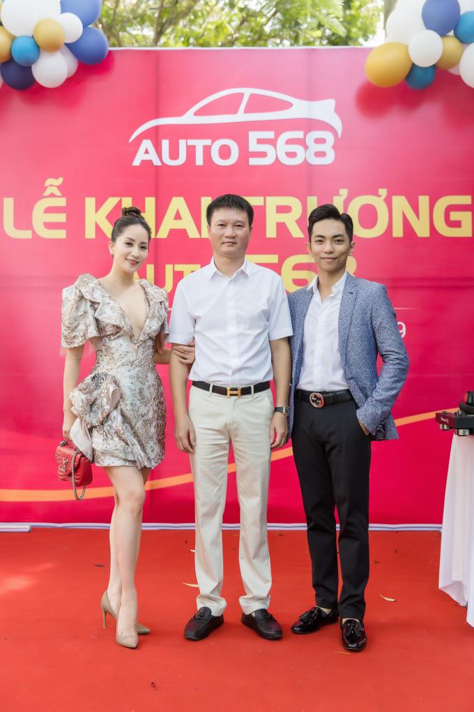 Vợ chồng Khánh Thi – Phan Hiển gửi lời chúc hồng phát đến doanh nhân Đào Nguyên, Chủ tịch Hội đồng quản trị công ty cổ phần Auto 568, chủ nhân của sự kiện. Khánh Thi còn tiết lộ cô có mối quan hệ rất thân thiết với doanh nhân Đào Nguyên. Khi có nhu cầu mua ôtô, cô thường nhờ vị doanh nhân tư vấn để chọn dòng xe phù hợp với mục đích sử dụng của gia đình.