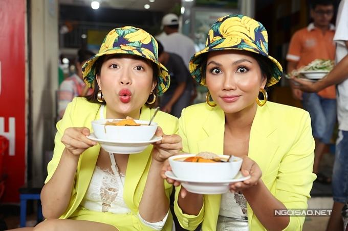HHen Niê, Lệ Hằng đội mưa đi ăn bún riêu ở chợ Bến Thành - 8