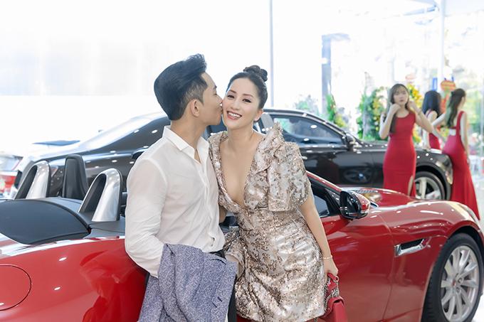 Khánh Thi - Phan Hiển quấn quýt không rời tại sự kiện và không ngại trao nhau những cử chỉ tình cảm như nắm tay, hôn má...