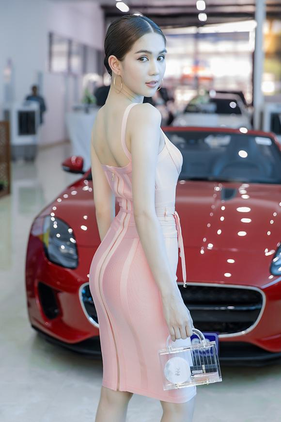 Chiếc váy bó sát giúp Ngọc Trinh khoe tối đa lợi thế ba vòng gợi cảm.