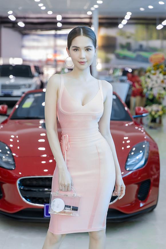 Cô hoàn thiện phong cách sành điệu bằng túi xách chất liệu trong suốt đang là hot trend của mùa hè năm nay.