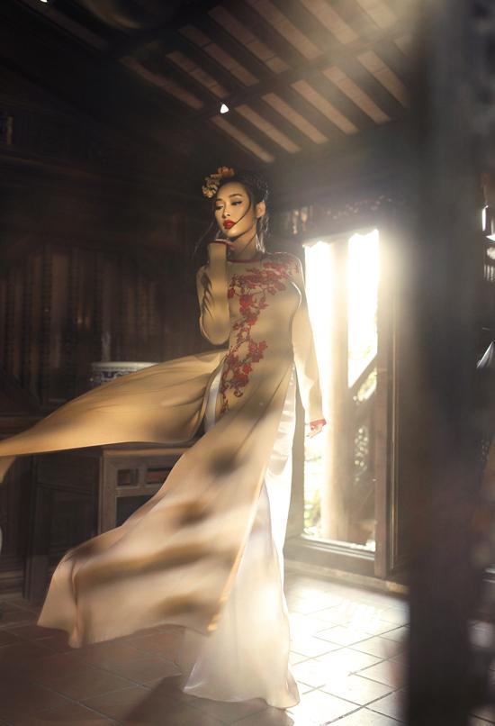 Trên nền vải lụa bay bổng, mịn màng là cách sắp đặt họa tiết hoa thêu, đính kết nổi.