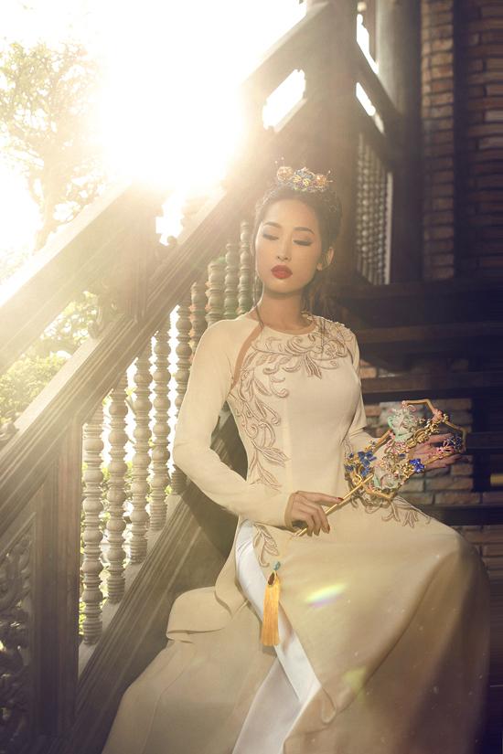 Kỹ thuật thêu được phối hợp nhuần nhuyễn cùng việc kết cườm để tạo đồ dày mỏng ấn tượng và tăng sức hút cho trang phục truyền thống.
