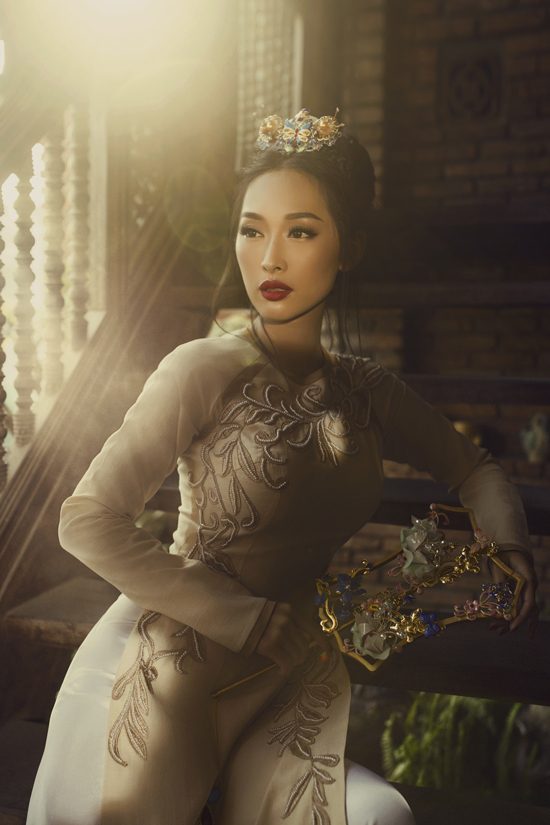 Không sử dụng vải in với nhiều họa tiết bắt mắt như các bộ sưu tập trước, lần này Võ Việt Trung tập trung vào việc tôn vinh các giá trị truyền thống
