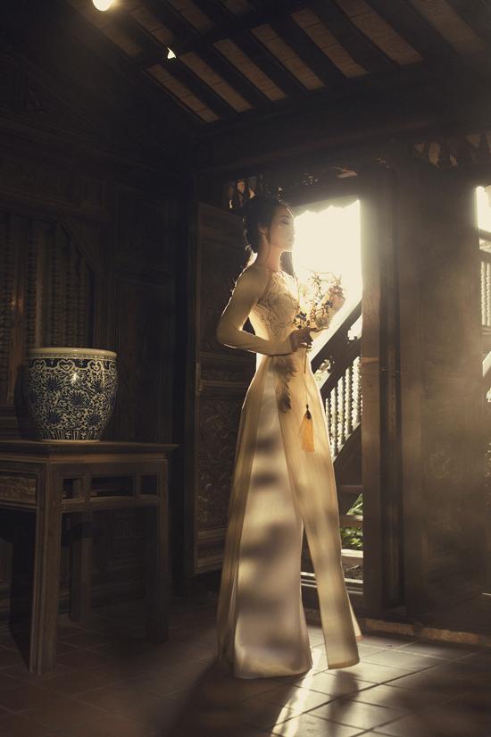 Để mang lại nét hoàn hảo cho tạo hình của Quỳnh Thy trong bộ ảnh, nhà mốt còn sử dụng các phụ kiện hoa nhung, trâm cài đầu tôn nét quý phái.