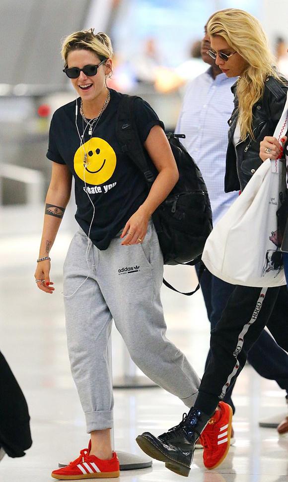Trước đó, Kristen làm việc tại trường quay phim Charlies Angels (Những thiên thần của Charlie) trong khi Stella tới Paris trình diễn thời trang.