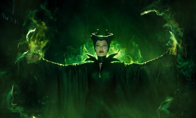 Angelina vào vai Tiên Hắc Ám đầy uy quyền.
