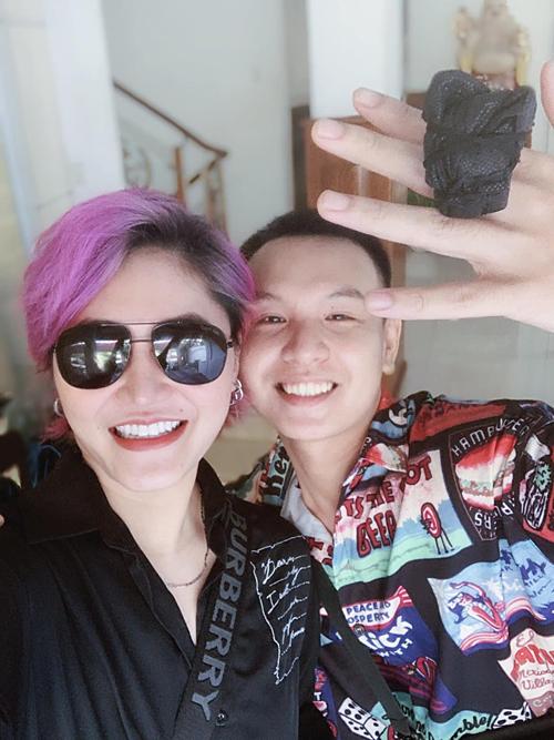 Ca sĩ Vicky Nhung bắt trend cùngnhà sản xuất âm nhạc Huỳnh Hiền Năng:Kim cương đen siêu to khổng lồ đấy ạ.