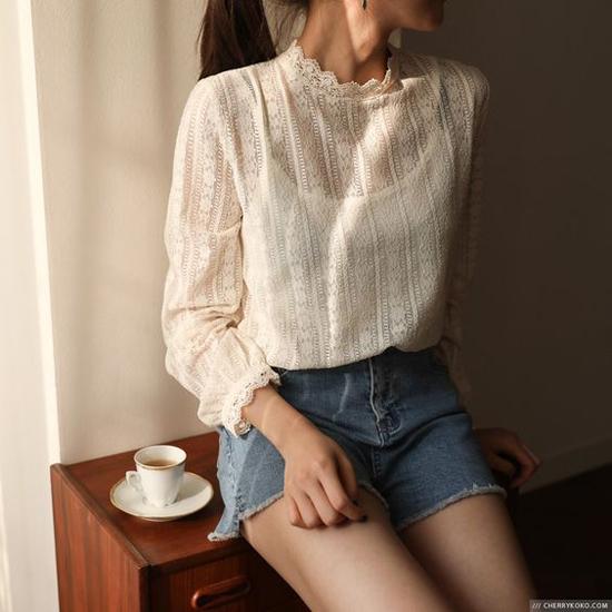 Ngoài việc chọn áo hai dây, chị em công sở có thể chọn các mẫu áo ren dày, độ xuyên thấu vừa phải để dễ mặc đến văn phòng.