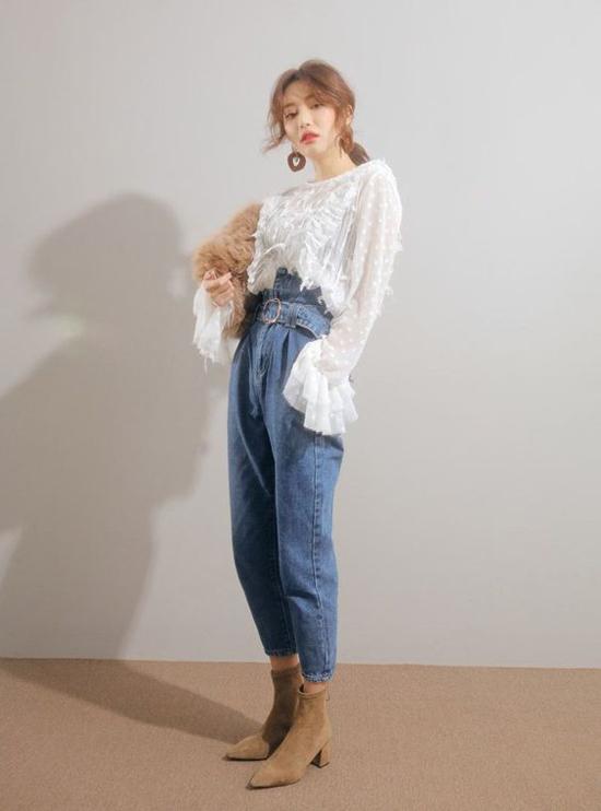 Những cô nàng thanh lịch hơn thì thường chọn những mẫu áo ren xuyên thấu được phối nhiều layer ở ngực áo, tay áo.
