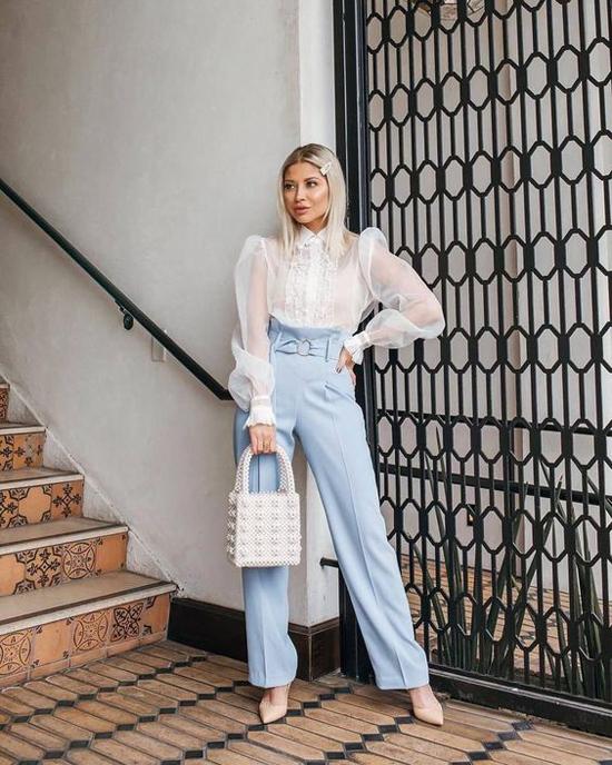 Áo quây, áo thun crop-top đồng điệu sắc màu cũng là trang phục thường được sử dụng cùng các mẫu áo lấp ló da thịt. Đồng thời các mẫu quần lưng cao cũng được chọn lựa để mang tới phong cách sexy đầy ý nhị.