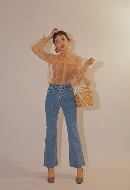Nếu muốn thể hiện nét cá tính khi diện áo trong veo, các nàng có thể chọn áo thun mỏng, áo lưới màu nude để mix đồ.