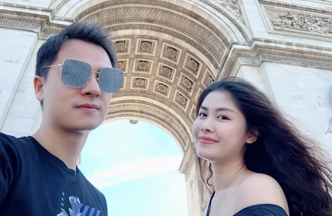 Họ không quên check in tại công trình kiến trúc nổi tiếng Khải Hoàn Môn.