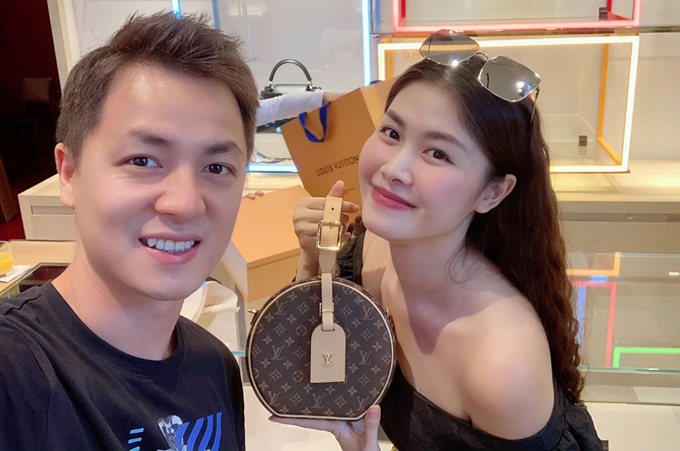 Nam ca sĩ đưa vợ vào một shop hàng hiệu ở trung tâm Paris để tăng cô món quàsinh nhậtlà một túi xách đắt tiền.