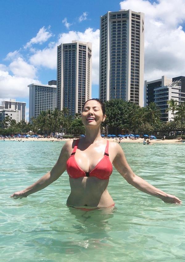 [Caption] Khoe thân hình nuột nà trong bộ ảnh bikini được thực hiện chuyên nghiệp và bài bản, Hồ Lệ Thu một lần nữa chứng tỏ bản thân đang tràn đầy năng lượng và sẽ tiếp tục với hành trình đang đi bằng tâm thế vững vàng và bản lĩnh nhất.  Sở hữu số đo đạt chuẩn, Hồ Lệ Thu cũng góp phần làm thay đổi quan niệm về vẻ đẹp châu Á. Vẻ đẹp châu Á không chỉ là làn da trắng nõn và tròn trịa, thay vào đó là thân hình săn chắc và màu da nâu khỏe khoắn.  Từ sau khi hoàn tất MV Còn trách nhau làm gì người đẹp lại tiếp tục xắn tay chuẩn bị cho Live Show kỷ niệm 28 năm sống chết với nghệ thuật của mình, sẽ diễn ra vào cuối năm nay ngày 19/10/2019. Và song song cô lại tất bật bù đầu tập trung cho 1 công việc mới, công ty OlalaBe International.