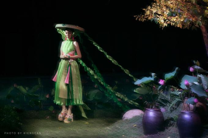 Linh Nga xuất hiện trên sàn catwalk được thảm cỏ non tươi và trang trí hoa sen mùa hạ.