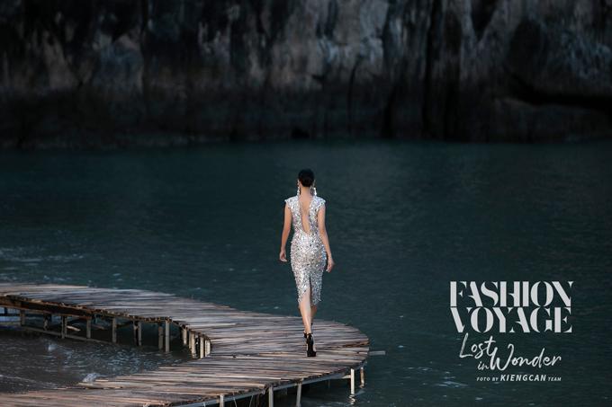 Việc dàn dựng sàn diễn trên đảo hoảng khiến êkíp của Long Kan tốn khá nhiều công sức. Đổi lại, khán giả có được sự ngỡ ngàng vì được chiêm ngưỡng fashion show giữa kỳ quan.
