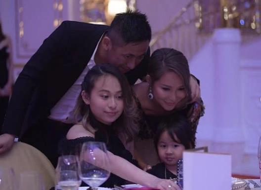 Cách cậu đặt tay lên vai doanh nhân họ Trần cho thấy cả gia đình vô cùng gần gũi.
