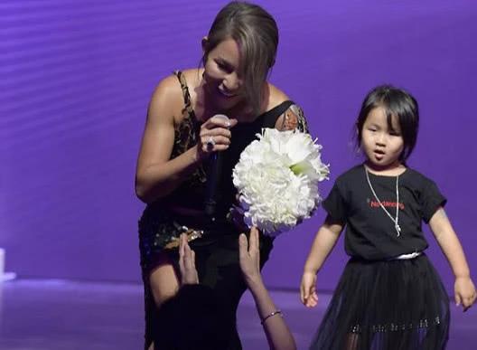 Doanh nhân họ Trần nói lời cảm ơn trên sân khấu.