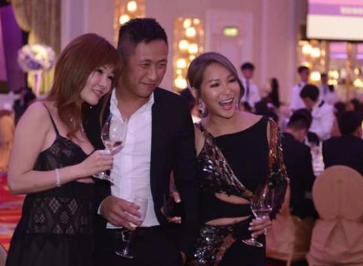 Con trai riêng của Alvin Chauđồng hành cùng mẹ kế trong cả buổi tiệc từ thiện.