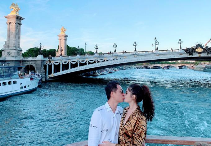 Đăng Khôi khóa môi vợ bên sông Seine êm đềm.