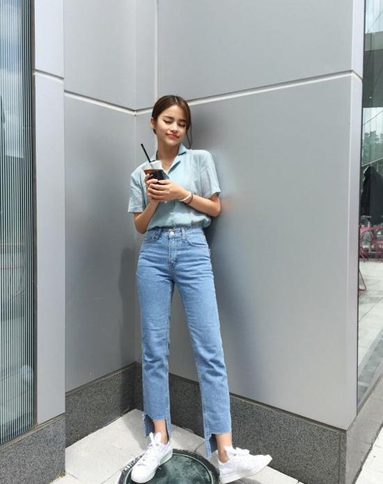 Sơ mi mang hơi hướng cổ điển được khai thác ở cả hai kiểu dài tay và ngắn tay. Các nàng có thể chọn kiểu áo này để phối đơn giản cùng jeasn, quần âu hay đỏm dáng hơn với các kiểu chân váy midi, chân váy xẻ...
