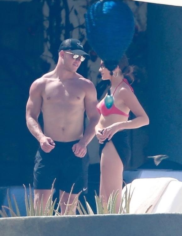 Hoa hậu Hoàn vũ 2012 Olivia Culpo và Christian McCaffrey được trông thấy  bên nhau tại resort ở Cabo San Lucas, Mexico. Đây là chuyến đi chơi đầu  tiên của cặp đôi từ khi hẹn hò.