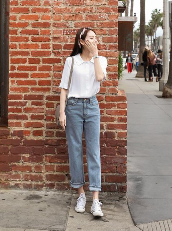 Sơ mi trắng cùng quần jeans xanh cổ điển là hai trang phục được các nàng mê phong cách tối giản ưa chuộng. Ngoài ra, kiểu áo tiện dụng này còn có khả năng phối hợp cùng nhiều mẫu quần và chân váy rời.
