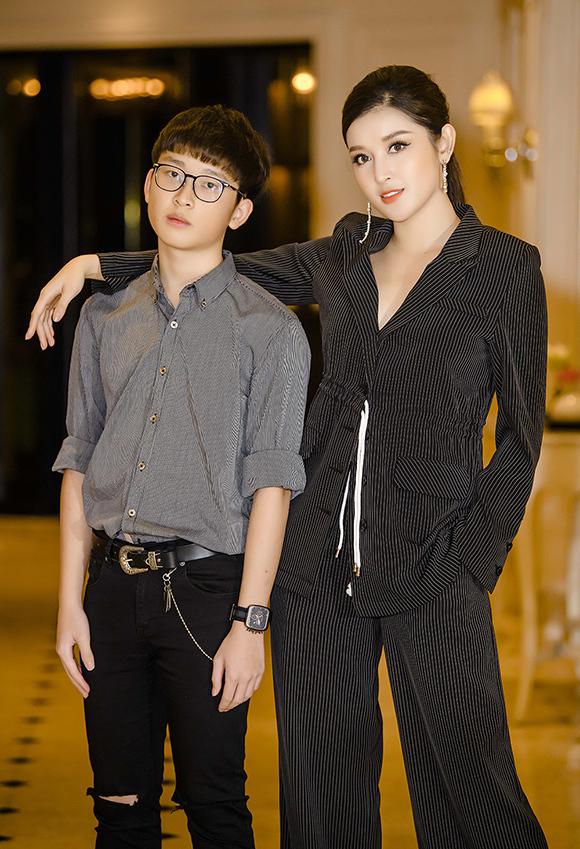 Huyền My và em trai Việt Anh ton sur ton tại sự kiện tối 10/7.