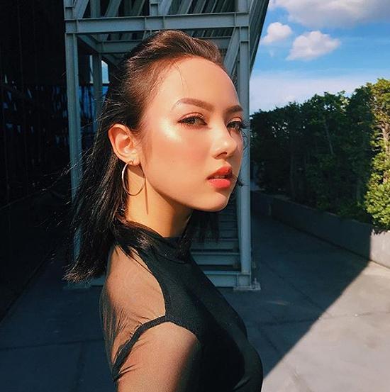 Ngoài vai trò ca sĩ,Jannine Weigel còn thử sức với lĩnh vực người mẫu ảnh và nhận được nhiều lời khen vì gương mặt, thần thái ấn tượng.