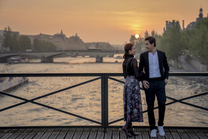 Lúc hoàng hôn buông, uyên ương chụp ảnh trên cầu Pont Des Arts, nhìn ra bờ sông Seine.