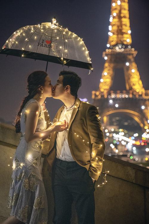 Khi đặt chân đến thành phố của tình yêu, uyên ương cũng không thể bỏ qua cảnh đêm tuyệt vời nơi đây.